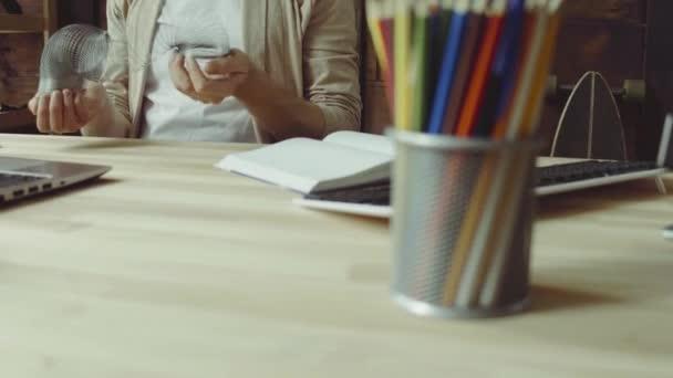 na volné noze muži, kteří pracují s počítači laptop doma kancelář