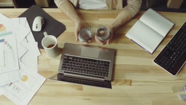 Muž na volné noze pracuje s notebookem na domácí kancelář