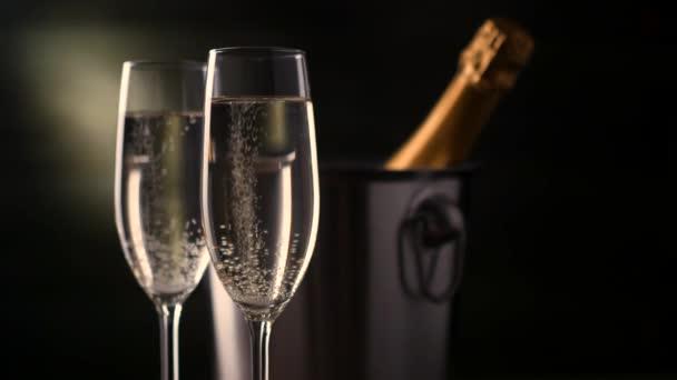Champagne. Üveg pezsgővel, a háttérben az ice vödröt két fuvolára.