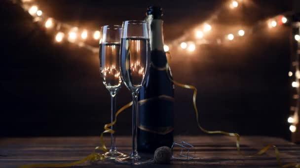 Dvě flétny s šumivým vínem Holiday Bokeh blikající pozadí. Ultra hd záběry.