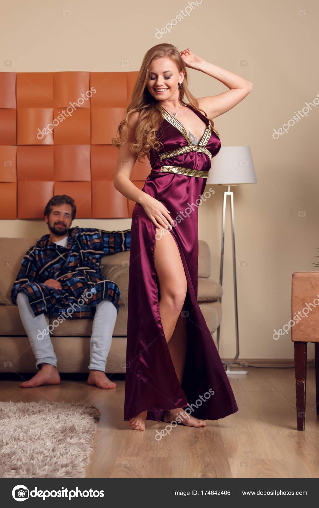 roskoshnaya-blondinka-v-neglizhe-porno-brizgi-iz-kisok