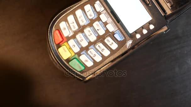 Ruční kreditní karta na pin pad pos terminál.