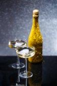 Fotografie Rozmazané fotografie lahev vína a dvě sklenice na černý stůl