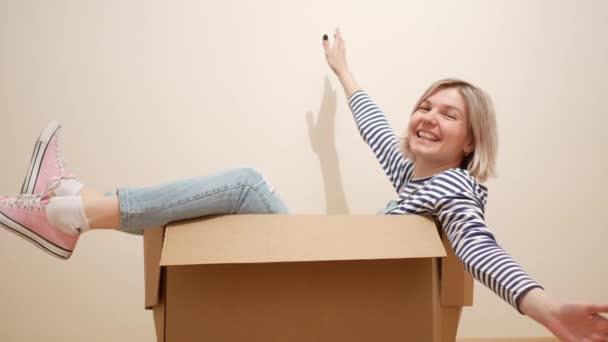 Zábava mladá žena uvnitř balení box