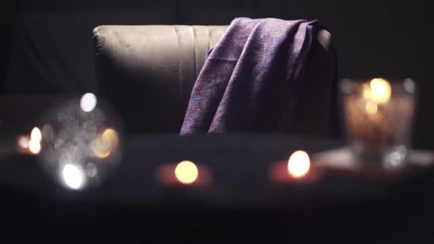 Közelkép egy üres bűvész szék egy köpeny