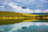 Fotografie Pyramid Mountain und weiße Wolken