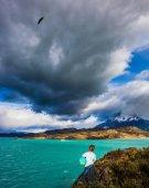 Fotografie Junge mit Weltkugel auf See Pehoe