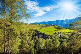 Velkolepý Tyrolsko. Cesta do kouzelné pohádkové země. Zelené údolí v Dolomitech. Koncept ekologické a etnografický cestovní ruch