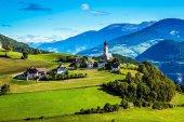 Velkolepý Tyrolsko. Cesta do kouzelné pohádkové země. Krásné malé vesnice v Dolomitech. Koncept ekologické a etnografický cestovní ruch