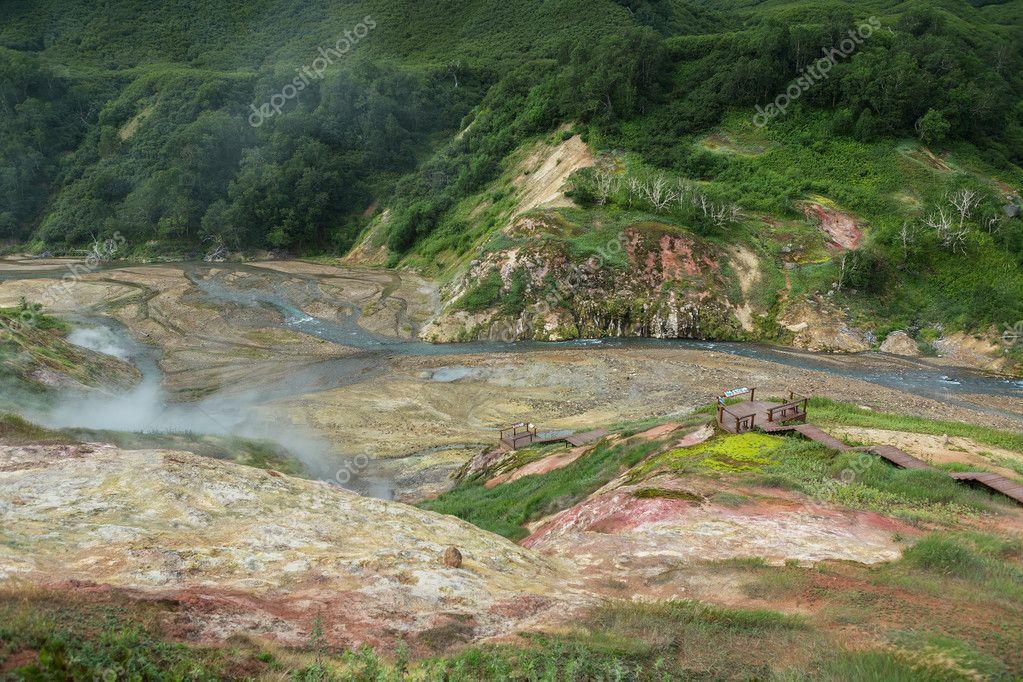 間欠泉の谷の Geysernoye 湖の乾...