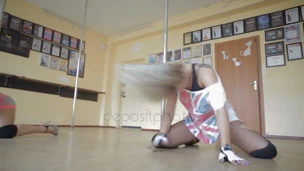 Krásné mladé dívky Pole dance studio stopáže videa