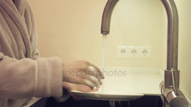 Hausfrau beim Abwasch in der Küche Filmmaterial video