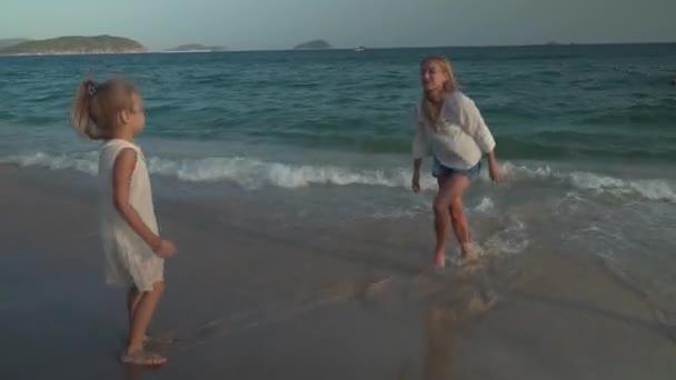Šťastné matky a její dcery jsou Malování do písku pláže Jihočínského moře stopáže videa