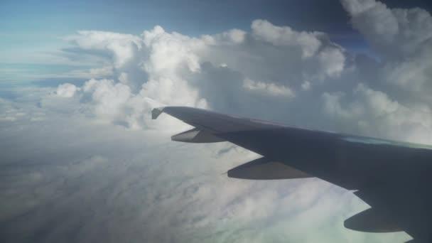 Pohled z letadla na křídle letadla a kupovité mraky nad moře stopáže videa