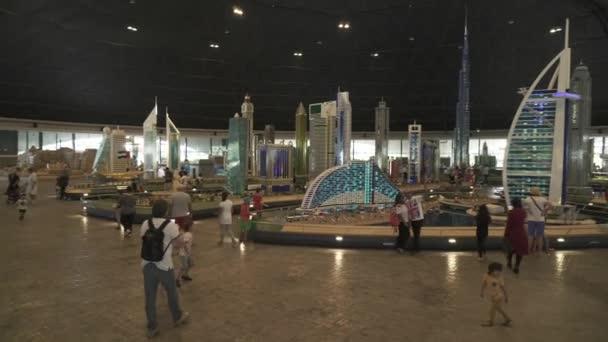 Výstava maket nejznámějších památek z Lego kusů v Legoland v Dubaji a Eisnerův odchod stopáže videa