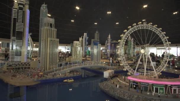 Výstava návrhů Dubai Marina vyrobené z Lego kusů v Minilandu Legoland v Dubaji a Eisnerův odchod stopáže videa