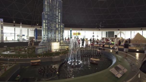 Výstava návrhů kašny poblíž Burj Khalifa vyrobené z Lego kusů v Minilandu Legoland v Dubaji a Eisnerův odchod stopáže videa