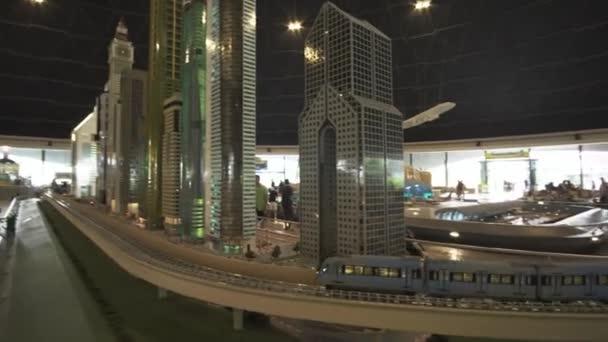 Výstava makety Dubai Metro nedaleko mrakodrapy z Lego kusů v Minilandu Legoland v Dubaji a Eisnerův odchod stopáže videa