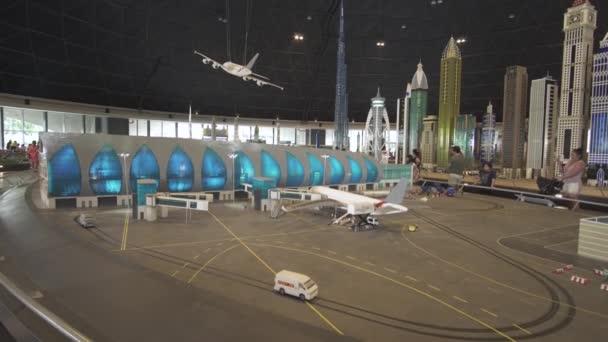 Výstava modelů letiště Dubaj vyrobené z Lego kusů v Minilandu Legoland v Dubaji a Eisnerův odchod stopáže videa