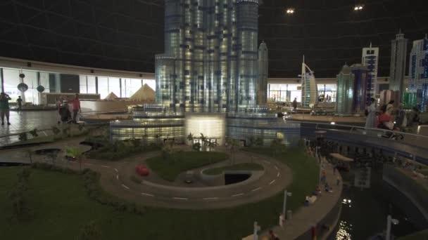 Výstava návrhů Burj Khalifa vyrobené z Lego kusů v Minilandu Legoland v Dubaji a Eisnerův odchod stopáže videa