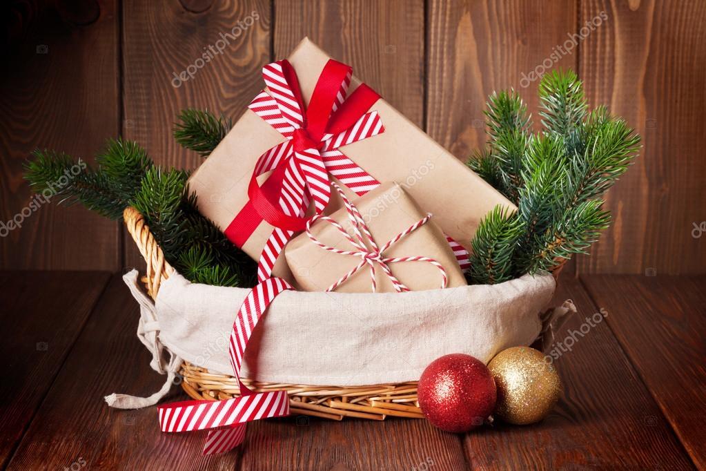 Weihnachtsgeschenke und Äste in Korb — Stockfoto © karandaev #128151398