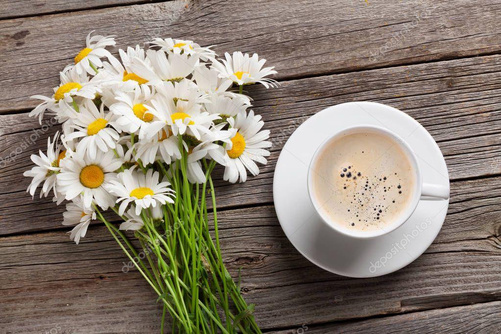 фото чашечки кофе и ромашки на столе предпочитаете коржи