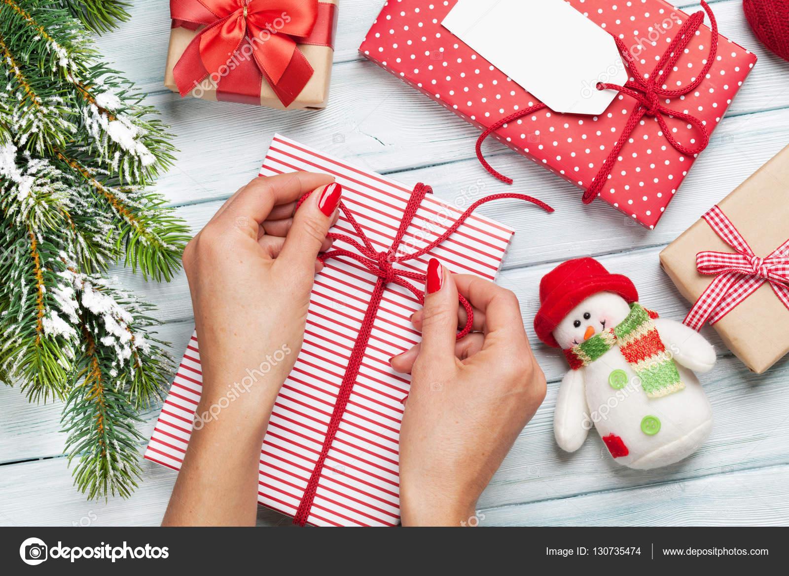 Weibliche Hände Weihnachtsgeschenke verpacken — Stockfoto ...