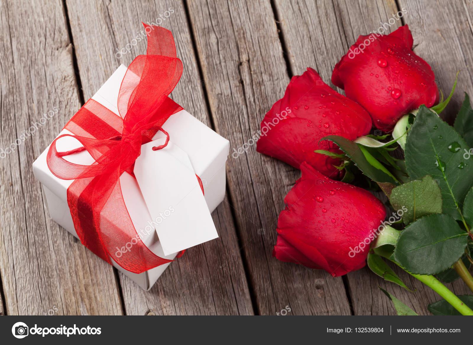 Valentinstag Geschenk Box Und Rote Rosen Stockfoto C Karandaev