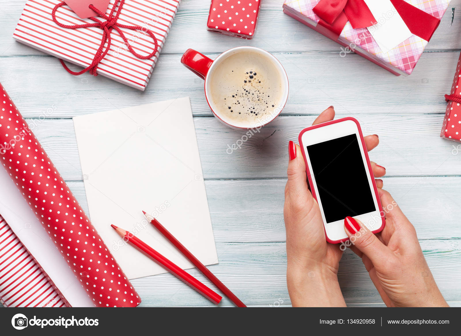 Weibliche Smartphone halten und Geschenke Verpacken — Stockfoto ...
