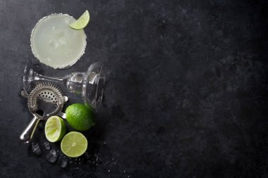 Margarita cocktail with lime slices