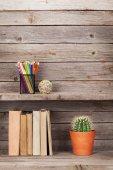 Staré knihy o dřevěné police