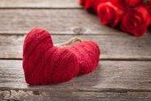 Valentinky den blahopřání s červenou růží a srdcí na dřevěný stůl