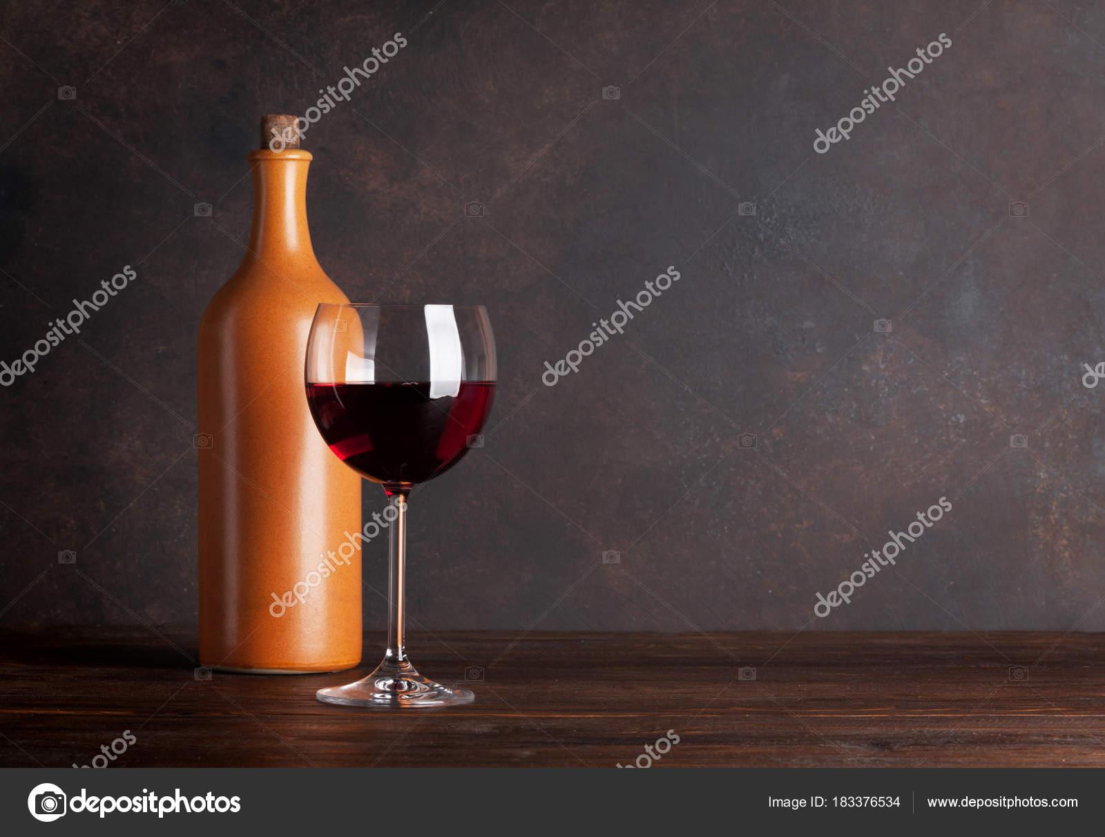 Pareti Con Bottiglie Di Vetro : Bottiglia vino rosso vetro nella parte anteriore della parete