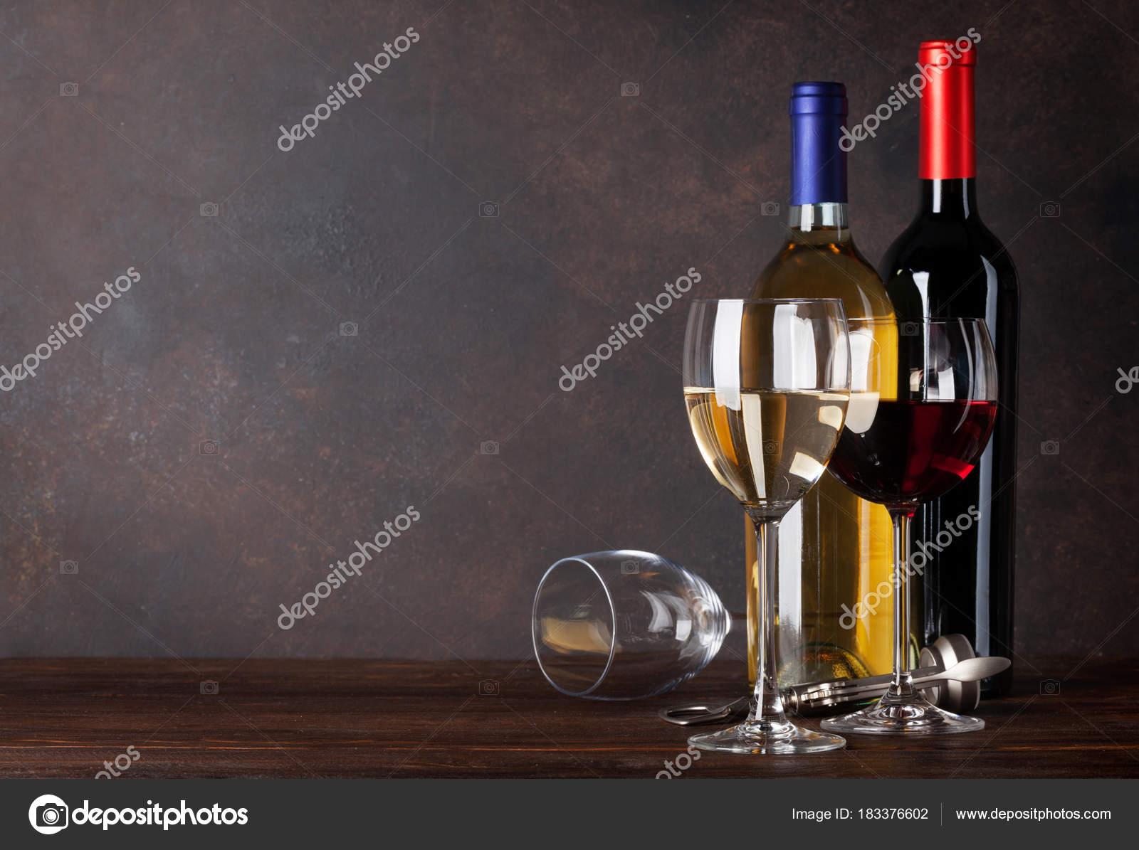 Pareti Con Bottiglie Di Vetro : Bottiglie vino rosse bianche vetri nella parte anteriore della