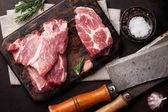 Fotografie Syrové vepřové maso a koření. Pohled shora