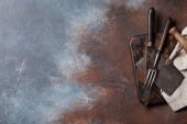 Fotografia Utensili da cucina dellannata sul tagliere. Concetto di cottura. Vista dallalto con spazio per il vostro testo