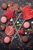 Barevné sladkosti. Lízátka, makronky, cukroví. Pohled shora