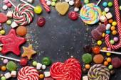 Barevné sladkosti. Lízátka a bonbóny. Pohled shora s prostorem pro vaše pozdravy
