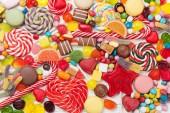 Barevné sladkosti. Lízátka a bonbóny. Horní pohled zblízka
