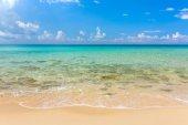 Trópusi homokos strand, türkizkék vízzel