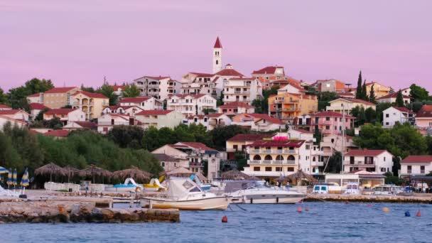 Malé chorvatské městečko Seget Donji při západu slunce nedaleko města Trogir, Chorvatsko