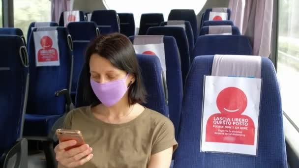 COVID-19 Tömegközlekedési busz a koronavírus-járvány idején