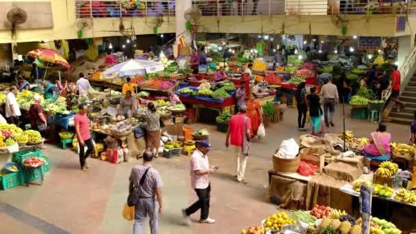 Barevný indický potravinářský trh s ovocem a zeleninou v Panaji, Indi