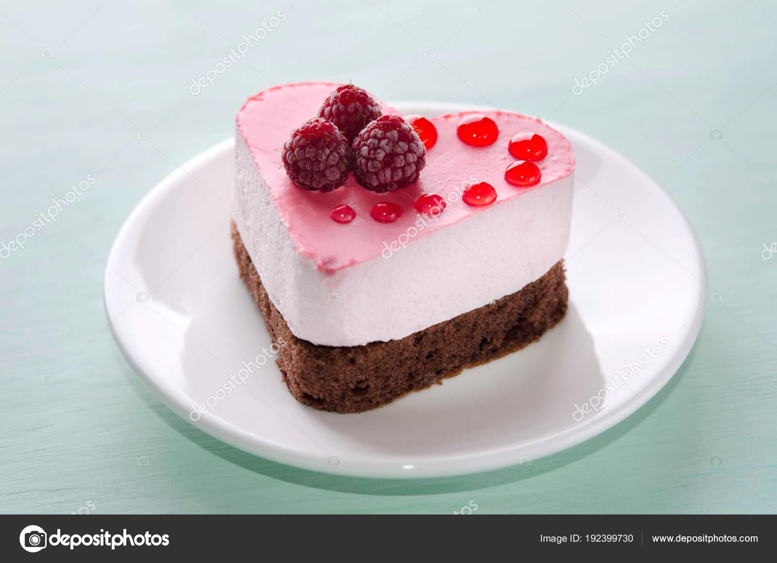 schöne kleine Kuchen in der Form des Herzens auf dem Tisch ...