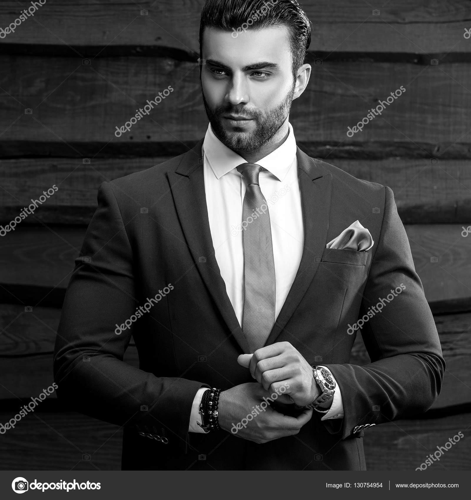 Blanco y negro retrato de hombre moda hermoso traje elegante con fondo de  madera– Imagen de Archivo e7fa351fd41