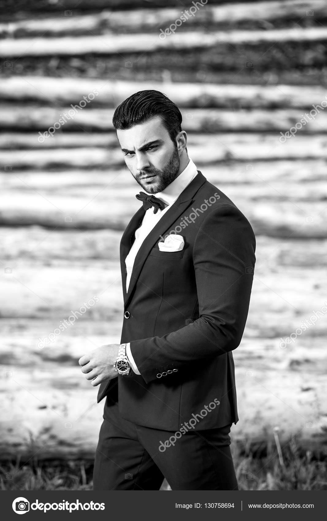 Ritratto in bianco nero di bello alla moda uomo in vestito elegante contro  il fondo di legno. Foto — Foto di innervision d21c6096ca8