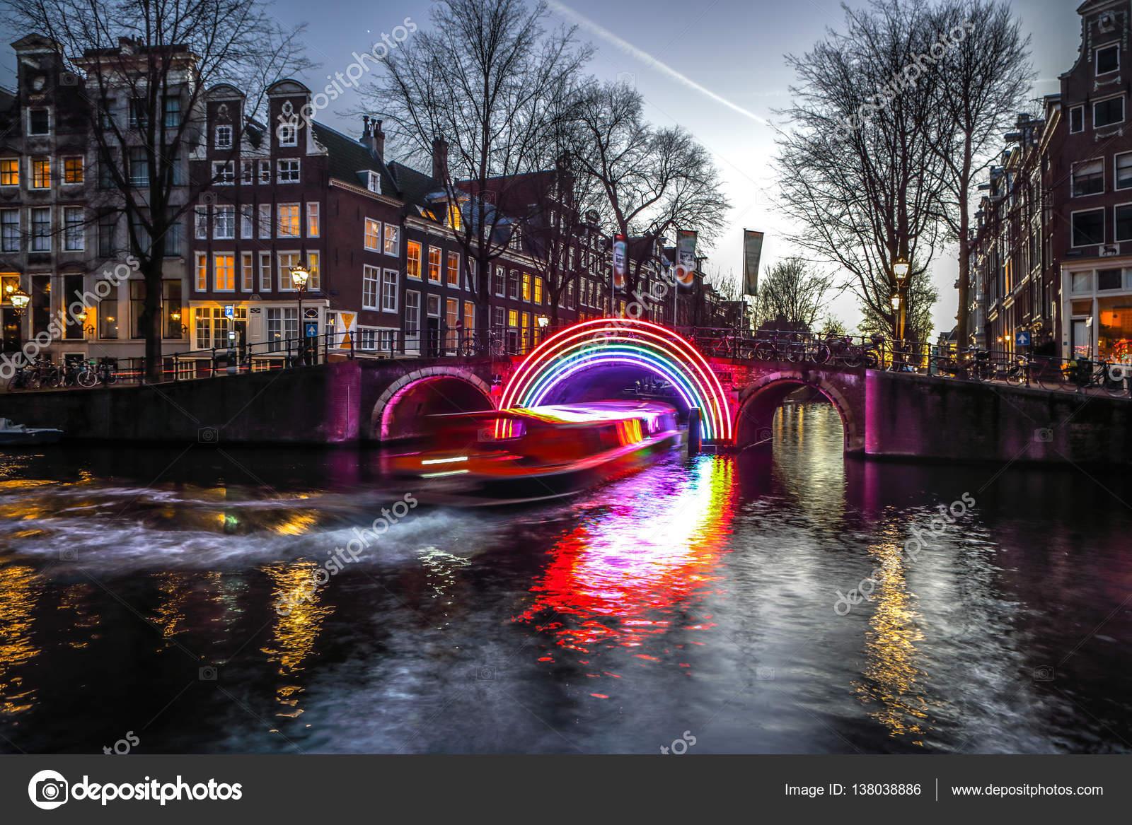 amsterdam pases bajos de enero de rush en canales de noche crucero barcos en canales de la noche de amsterdam dentro de festival