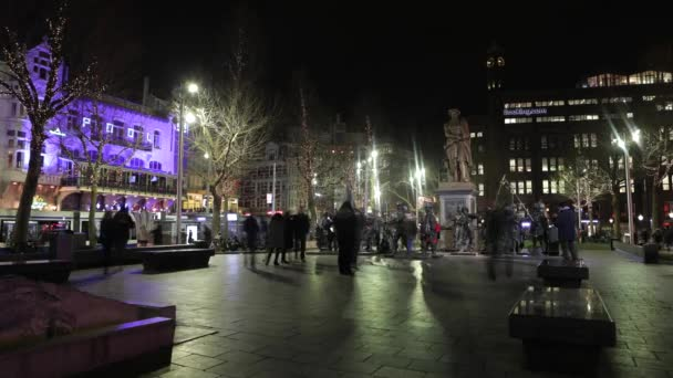 Amsterdam, Nizozemsko - 05 ledna 2017: Amsterdam city noční ulice s různými druhy stěhování doprava  siluety kolemjdoucí. Časová prodleva. 05. ledna 2017, Amsterdam - Holandsko