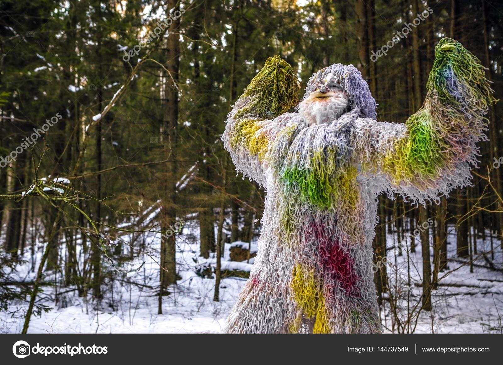Yeti-Märchen-Zeichen im Winterwald. Im freien Fantasie Foto ...