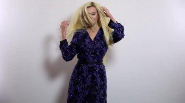 Licht Blauwe Jurk : Mooi sexy blonde meisje in blauwe jurk poserend in de studio met